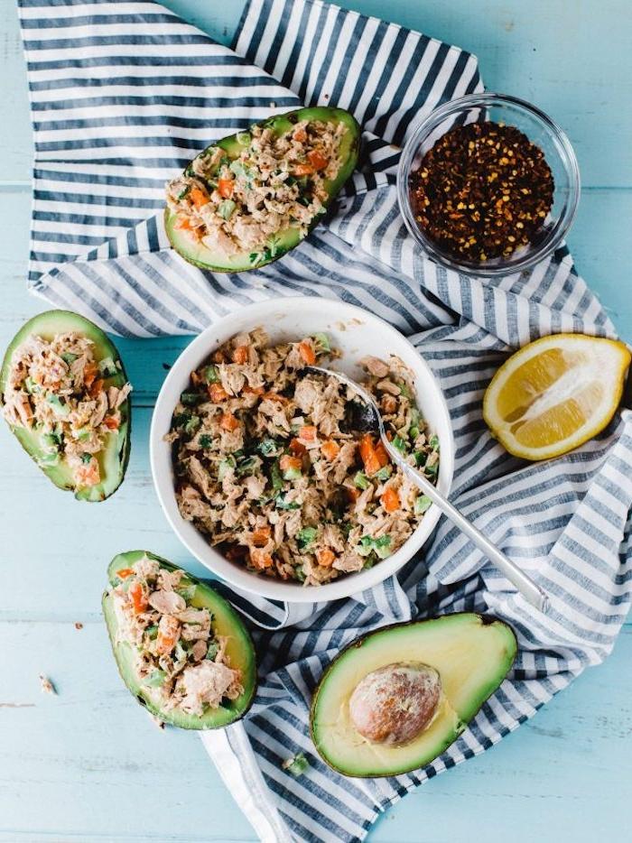 recette avocat thon, salade avocat thon avec des poivrons et herbes fraiches, entrée avocat légère