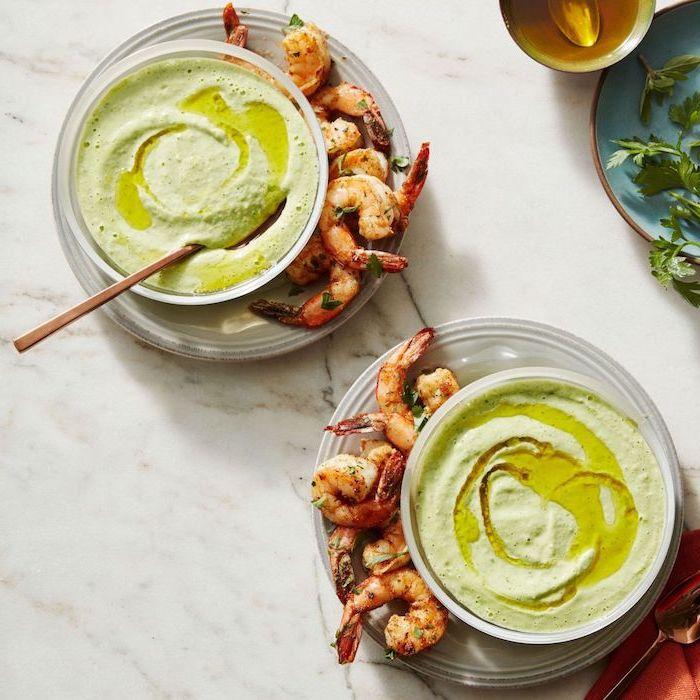 houmous gazpacho d avocat et des crevettes à déguster avec, idee apero ete, recette entrée originale et raffinée
