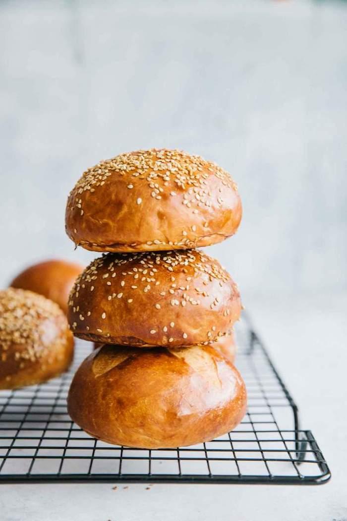 exemple de pain hamburger maison saupoudré de graines de sésame, recette boules de pain maison simples