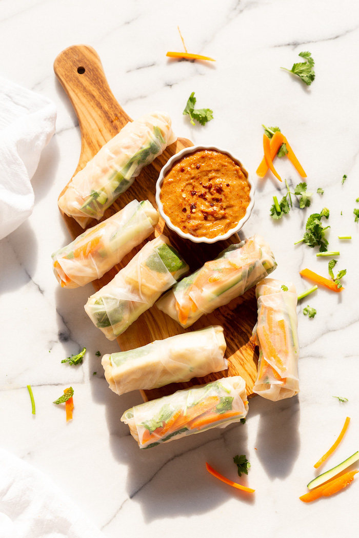 exemple pour faire un rouleau de printemps vegan au tofi mariné et crudités avec sauce cacahuète, soja et gingembre