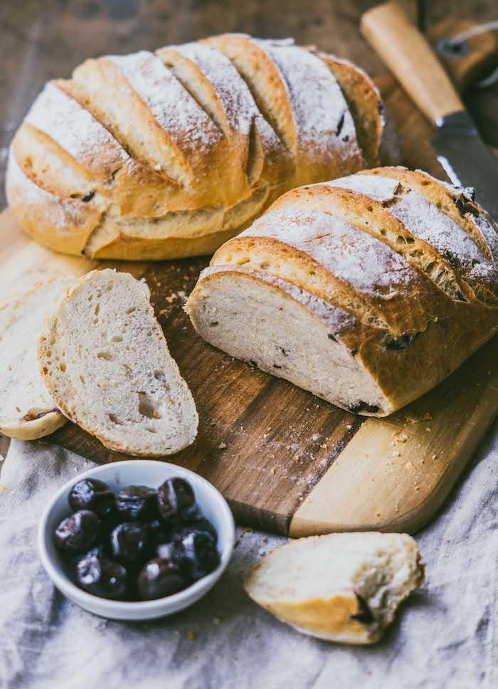 comment faire du pain, pain de campagne aux olives, idee comment faire du pain maison traditionnel, recette italienne