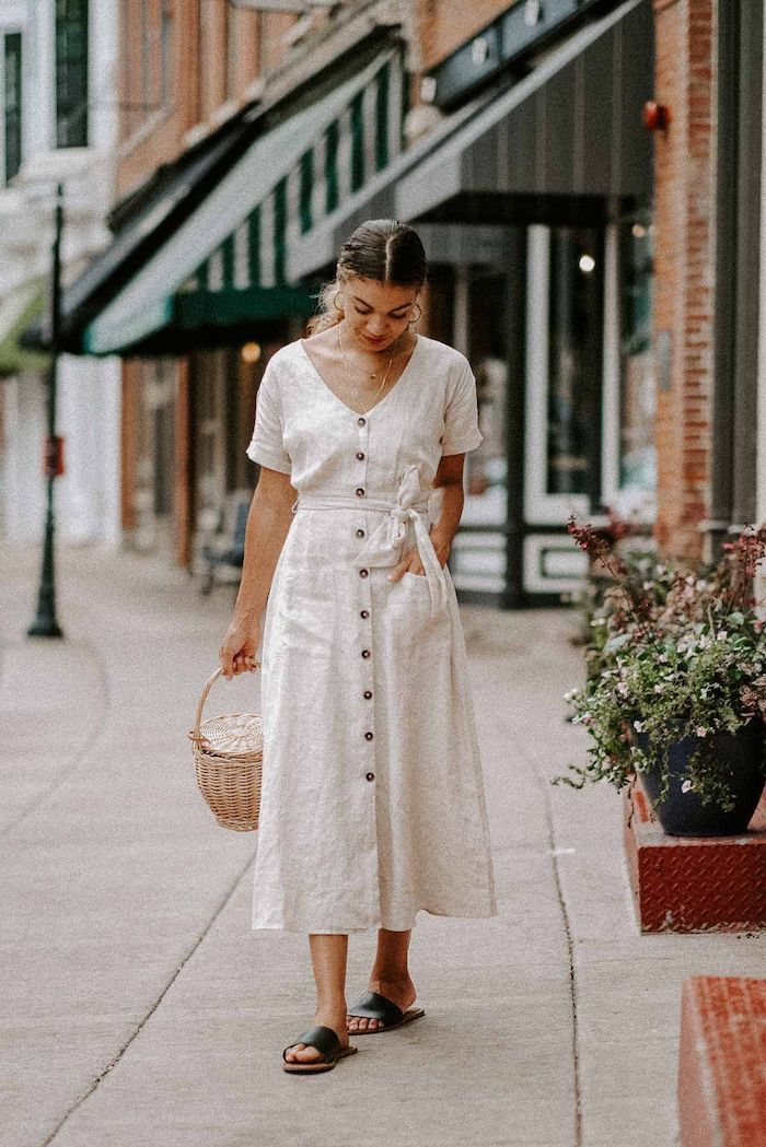 idée tenue robe blanche en lin mi longue tenue d été pour femme comment porter une robe longue été sandales cuir noir