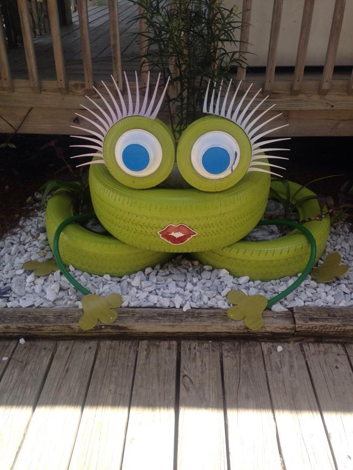 décoration jardin avec pneu, DIY grenouille de jardin fabriquée avec pneus recyclés, idée objet de déco de jardin facile à faire