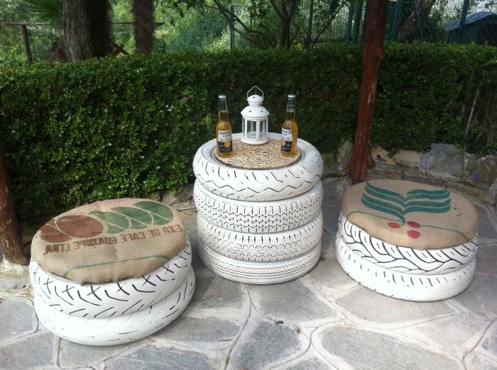 que faire avec un pneu usagé, DIY meubles pour extérieur en pneus recyclés, modèle de tabouret en pneu avec planche de bois