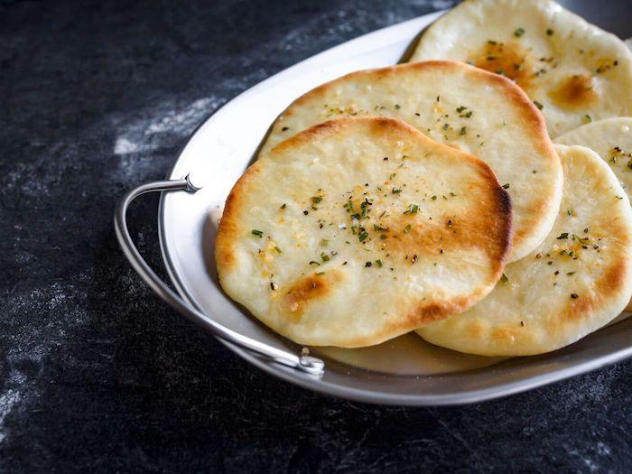 pain maison rapide, idée recette pain pita maison simple à faire avec farine blanche et des herbes saupoudrées