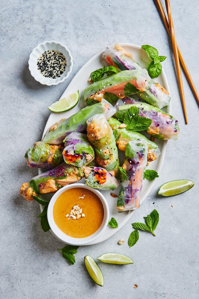 aperitif dinatoire idee originale de rouleaux de printemps recette avec saumon, laitue, carottes, basicil, raddicchio et chili