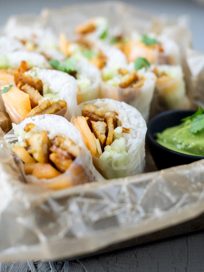 fromage de soja tempex, concombres, nouilles et sauce rouleaux de printemps avec avocat, recette wrap apero vietnamien