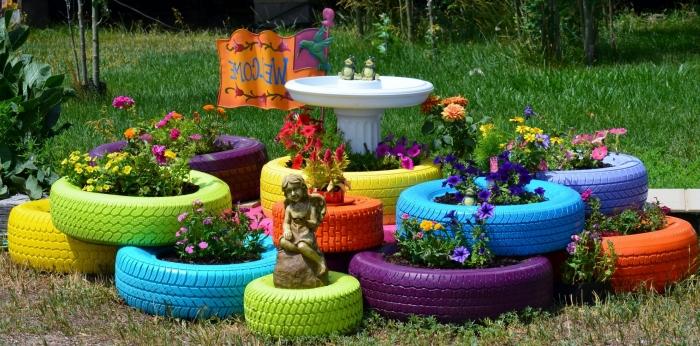idée déco recup originale, exemple comment bien aménager un petit jardin avec jardinières DIY en pneus recyclés