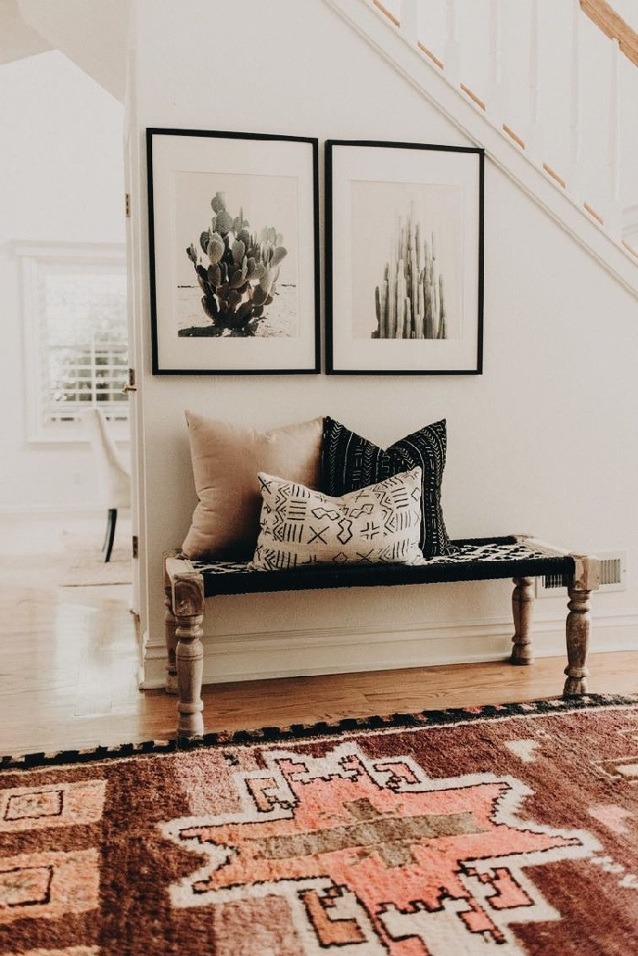 idee deco maison de style bohème banquette noir et bois cadre photo noir photo cactus coussins décoratifs déco sous escalier