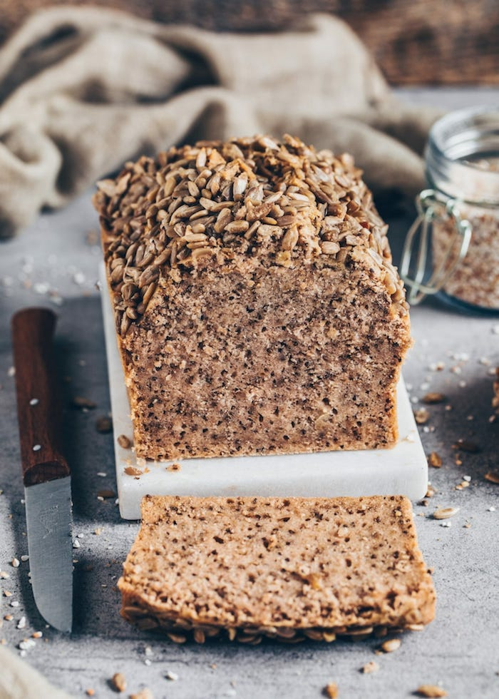 pain aux céréales faicle à faire avec de la farine complete, graines de chian et autres graines, idee de pain sans gluten