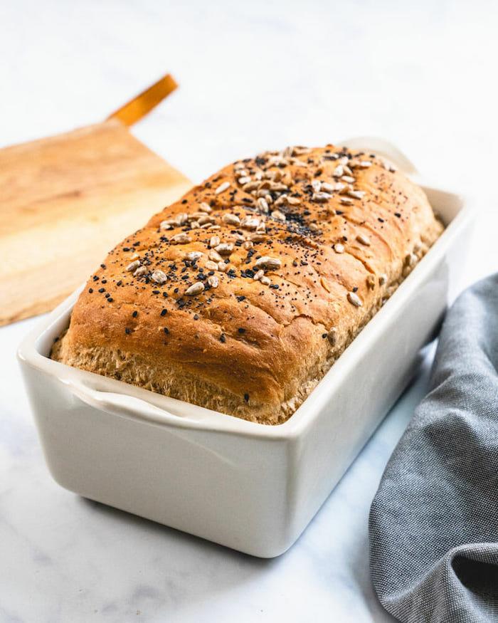 pain aux céréales facile avec des graines variés et des flocons d avoine, pate a pain avec melange de farine blanche et farine complete