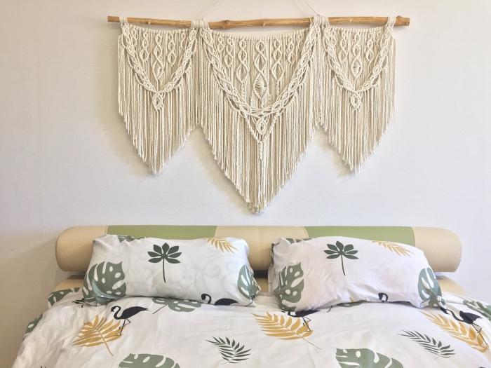 idee tete de lit bohème chic suspension corde macramé cotton beige noeud macramé bâton bois linge de lit motifs feuilles couleurs vert jaune
