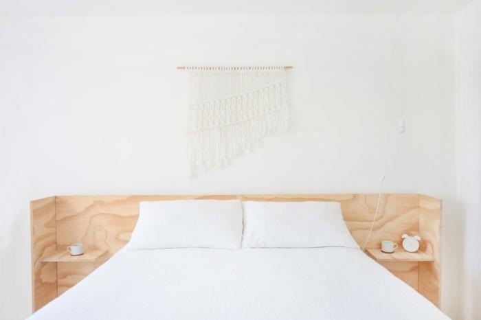 idee tete de lit design intérieur style boho minimaliste aménagement chambre à coucher blanc et bois tête de lit avec rangement bois macramé