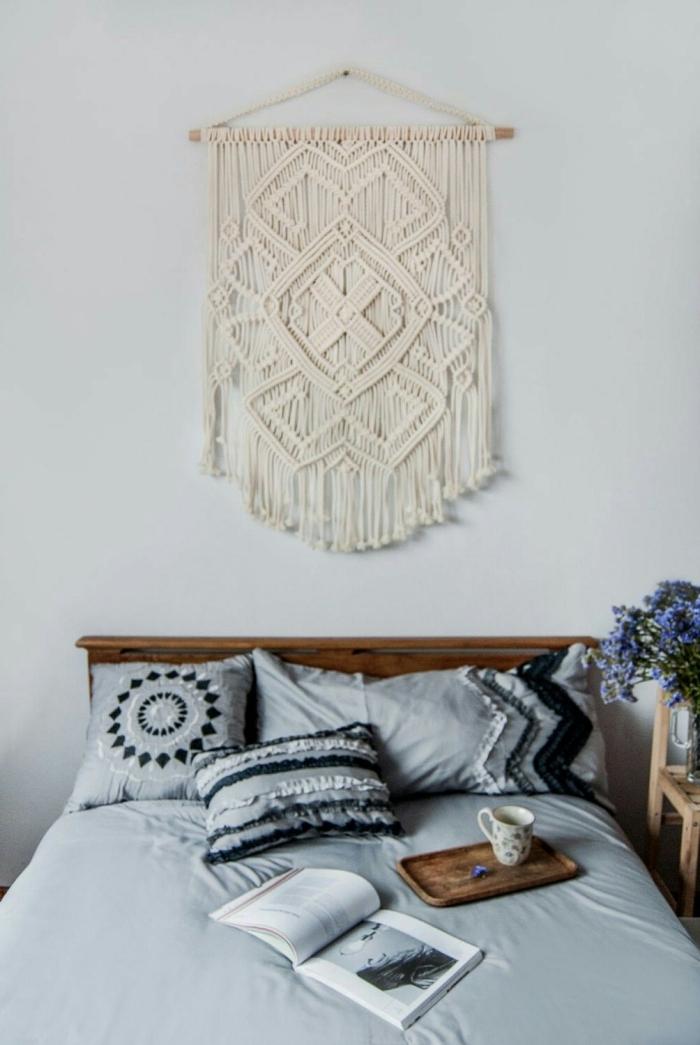 idee tete de lit suspension avec bâton de bois et cordes macramé noeuds facile franges tête de lit en bois foncé bouquet de fleurs