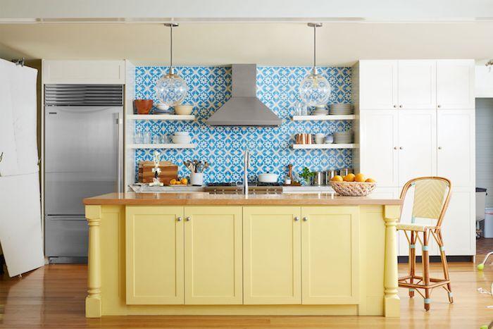 Bleu carrelage et jaune ilot couleur cuisine moderne, déco idée couleur mur cuisine intérieur