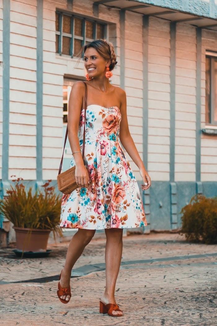 image comment s habiller en ete robe bustier bien associée aux sandales et sac a main brunes coiffure tresse en chignon robe a fleur style femme moderne robe fleurie femme tenue de jour