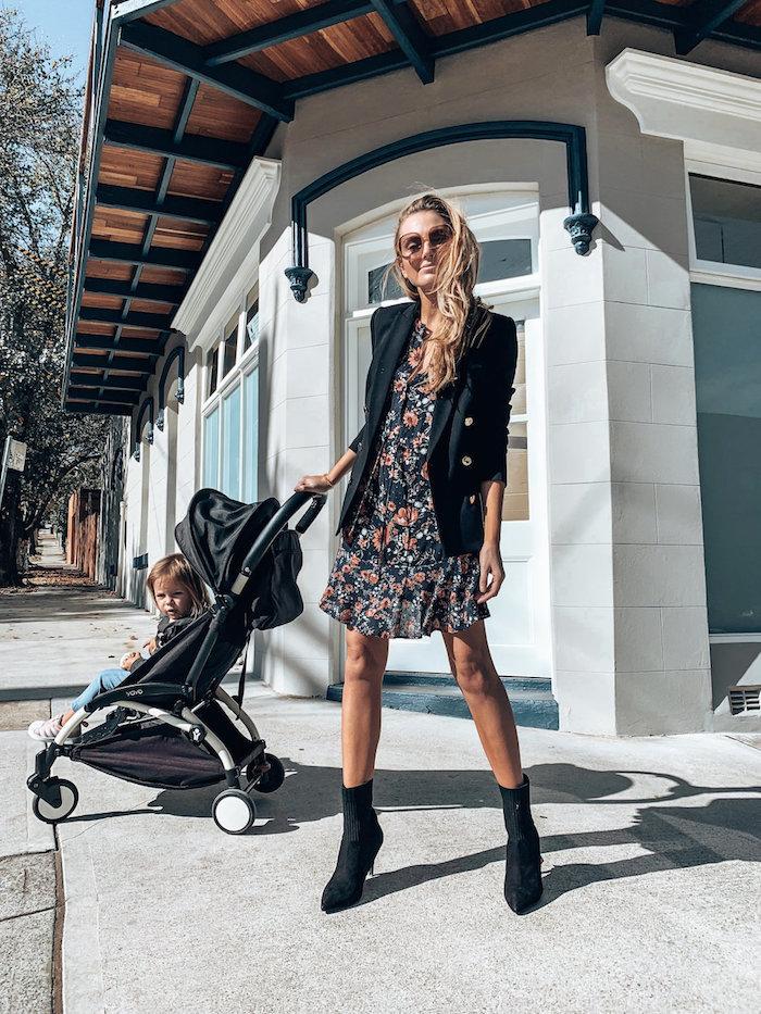 image de femme bonne maman avec du style veste noire robe femme habillée comment bien s habiller en été pour n avoir trop chaud tenue stylée