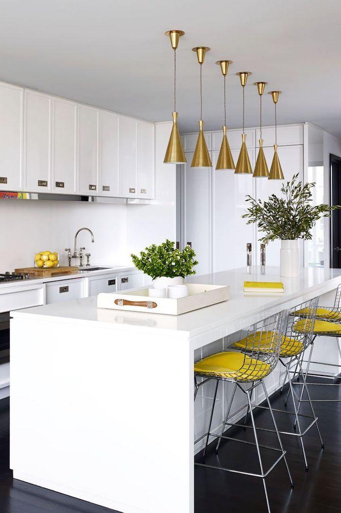 Chaises hautes jaunes idée couleur de peinture pour cuisine, tendance couleur cuisine 2020