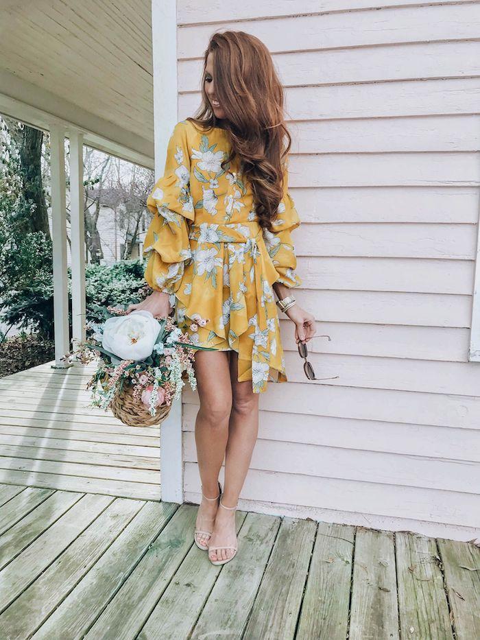 inspiration femme robe corte manche longue tendance 2020 fleurie bouquet de fleurs dans la main basket de fleurs robe de cérémonie femme chic savoir comment bien s habiller femme stylée