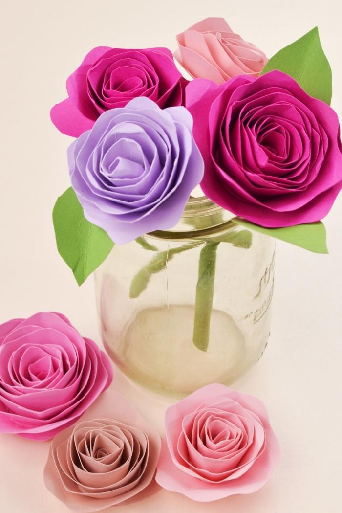 activité manuelle adulte, idée comment faire un bouquet de fleurs en papier facile, modèles de roses en papier coloré