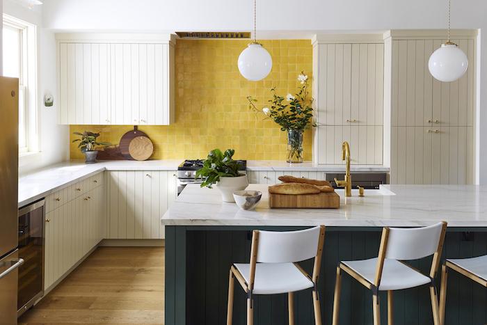 Se sentir bien chez soi, cuisine blanc et jaune avec ilot bleu petrole quelle couleur pour une cuisine, couleur de peinture pour cuisine