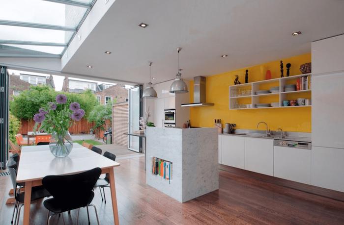 Peinture jaune et cuisine blanche tendance couleur cuisine 2020, peinture pour la cuisine nouvelle ouverte a la véranda