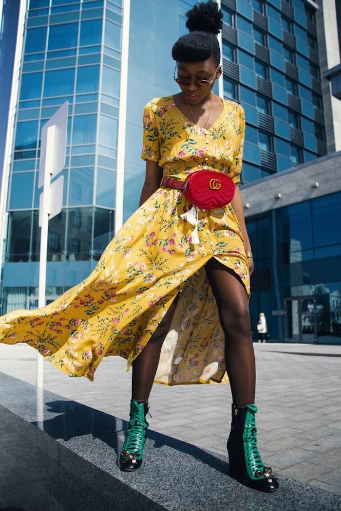 jaune robe longue fleurie parfaite pour les vacances d ete idee robe été femme sac a main banane rouge robe a fleur longue inspiration pour les vacances voyages femme