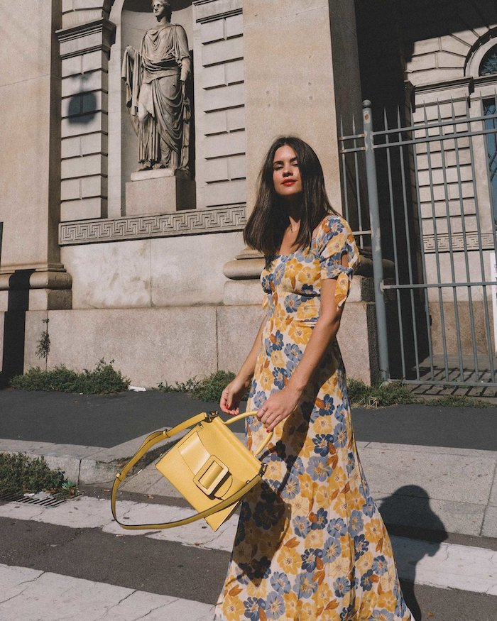 jaune sac a main cuir robe longue fluide ete robe portefeuille fleurie chaussures à associer sac a main moderne parafaite idee automne 2020