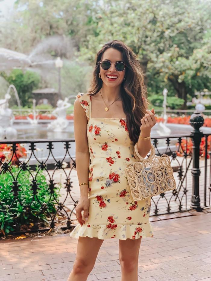 jupe courte de robe jaune avec petits bretelles look romantique photo a terrasse robe longue fluide comment s habiller aujourd hui et demain sac a main crochet moderne