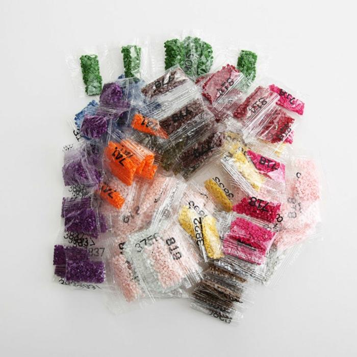 Petites sacoches avec perles a poser sur le papier adhesive activité créative, broderie diamant personnalisé cool idée