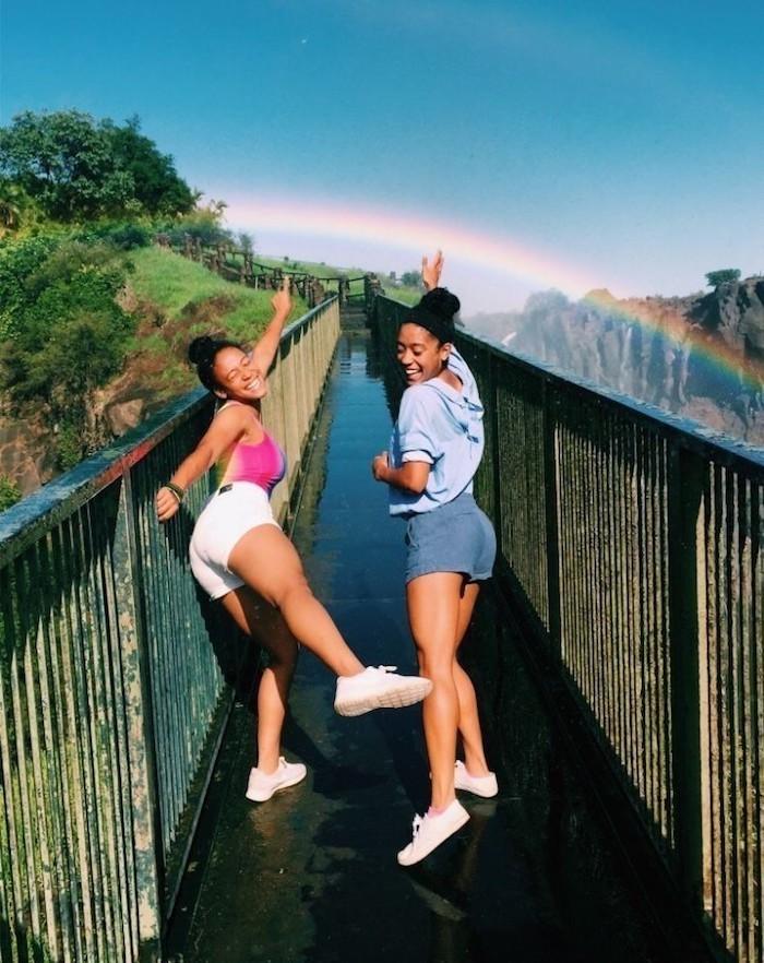 l arc en ciel photo robe longue été idée comment s habiller aujourd hui amies en jeans et t shirt tenue avec baskets