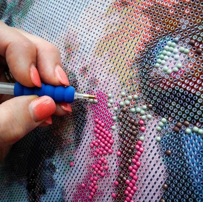 Poser les petits details avec un stylo sur le code correct idées loisirs créatifs, broderie diamante personnalisé
