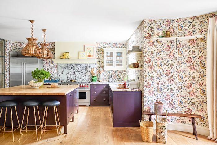 Violet ilot dans une cuisine bicolore avec papier peinte fleurie et détails en bois, peinture salle a manger avec cuisine jointe