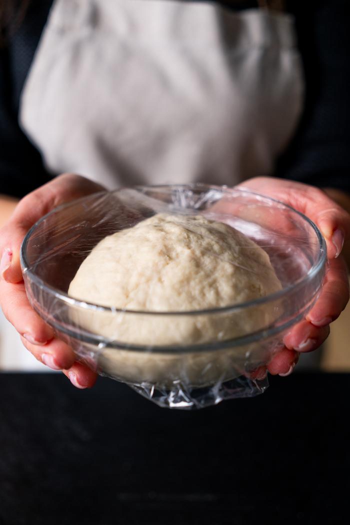 pain indien facile à faire à la poele, idée de pâte à pain à laisser lever dans un bol couvert de film alimentaire