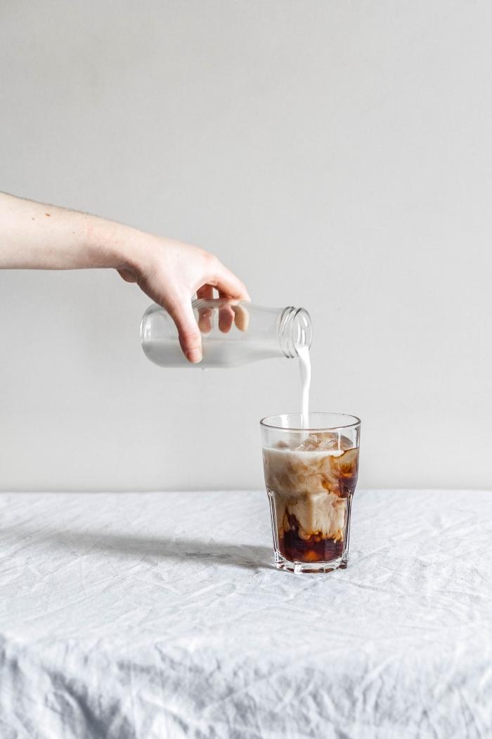 exemple comment préparer un café glacé nespresso, verre rempli de café instantané et lait avec glaçons