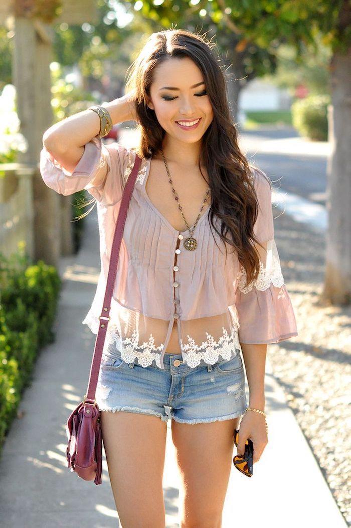 le look boho jean short chemise dentelle manche evasee robe femme ete idée robe de plage boheme chic style vetements sac a main rose