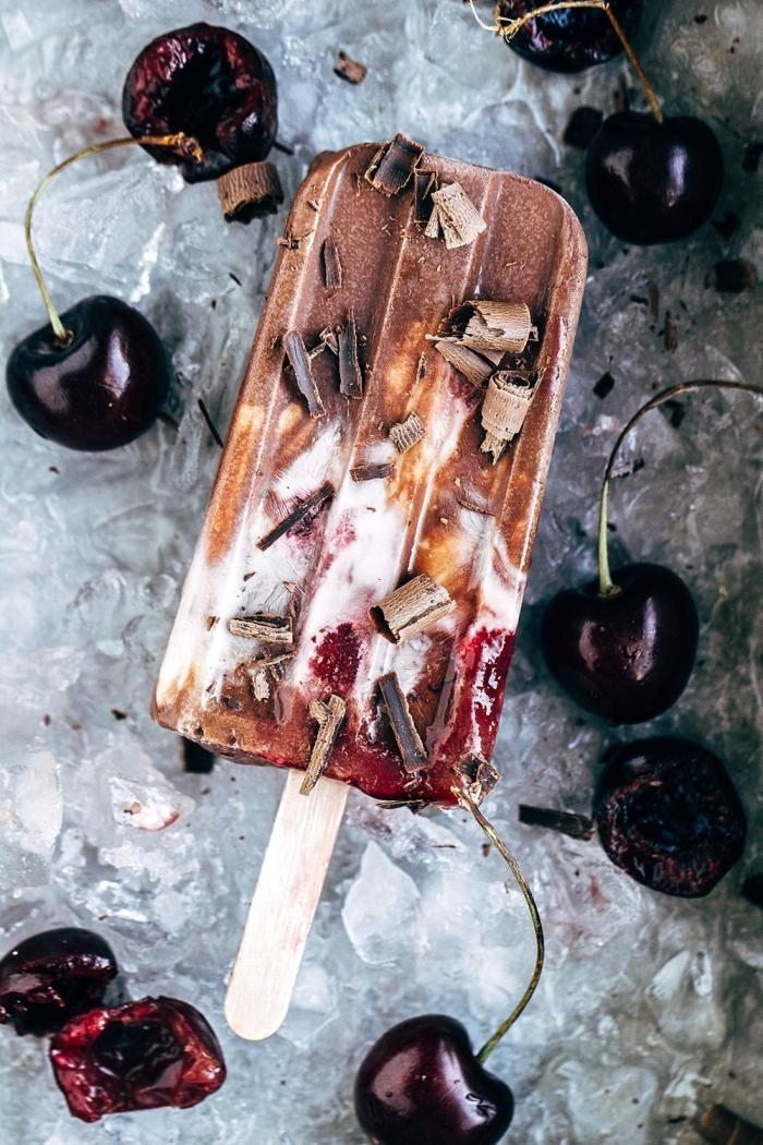 les meilleurs desserts d été recette de crème glacée aux fruits fraîches cerises chocolat fondu yagourt morceaux de chocolat crème glacée maison