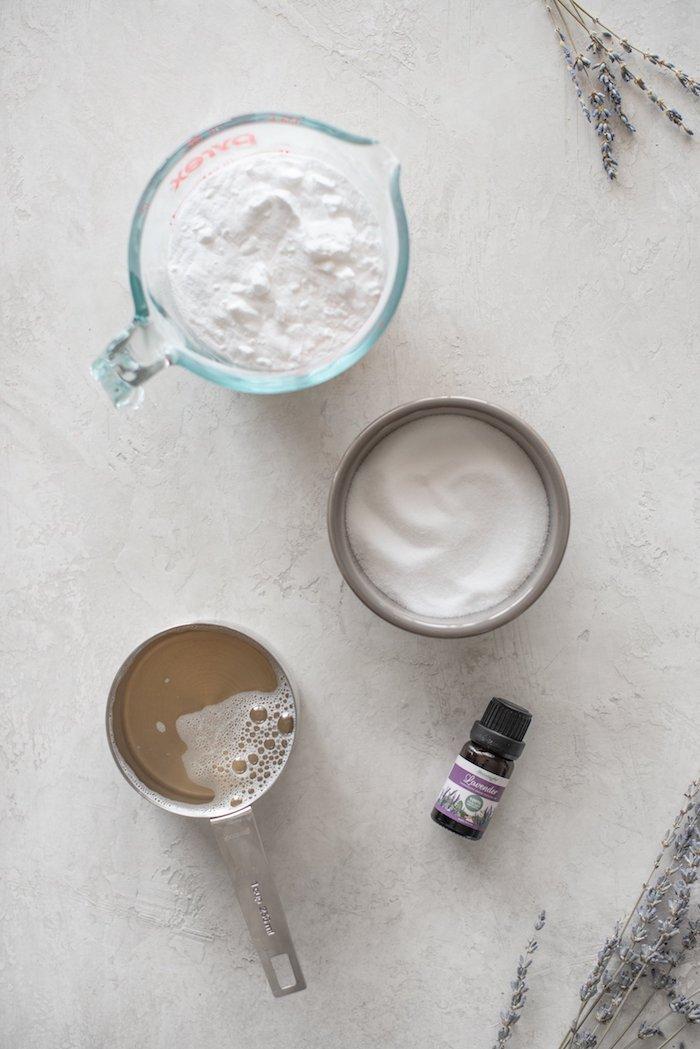 lessive fait maison avec savon de castille bicadbonate de soude huile essentielle de lavande idée lessive diy simple
