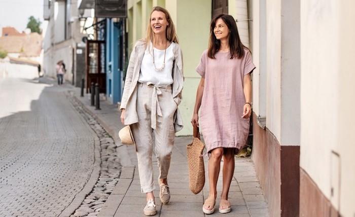 lin tenue ete 2020 tendance lin tenue d été pour femme robe femme habillée origiale femme en pantalon et veste et sa amie en robe rose