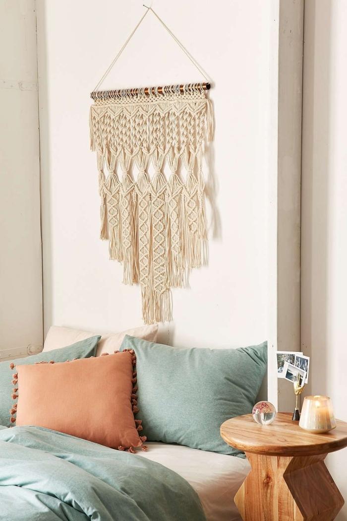 linge de lit vert pastel coussin décoratif couleur terre diy tete de lit table ronde bois diy suspension facile avec corde et bois flotté