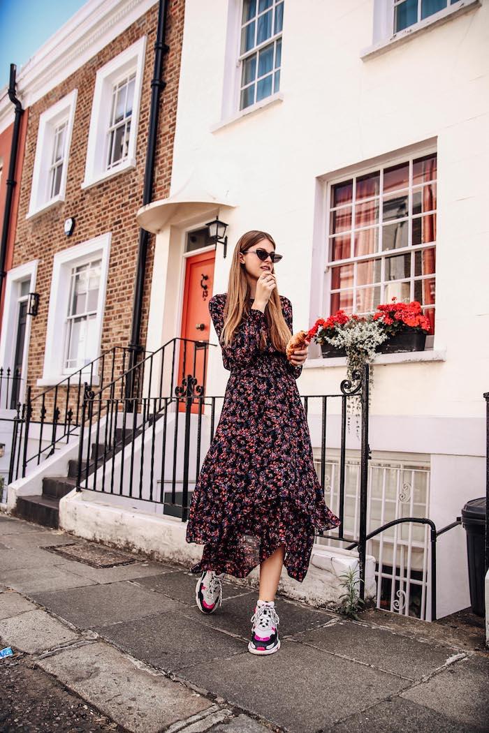 londres maisons femme robe et baskets tenue romantique robe longue manche longue lunettes de soleil chat yeux forme robe longue fluide ete la beauté de la femme soulignée par son style