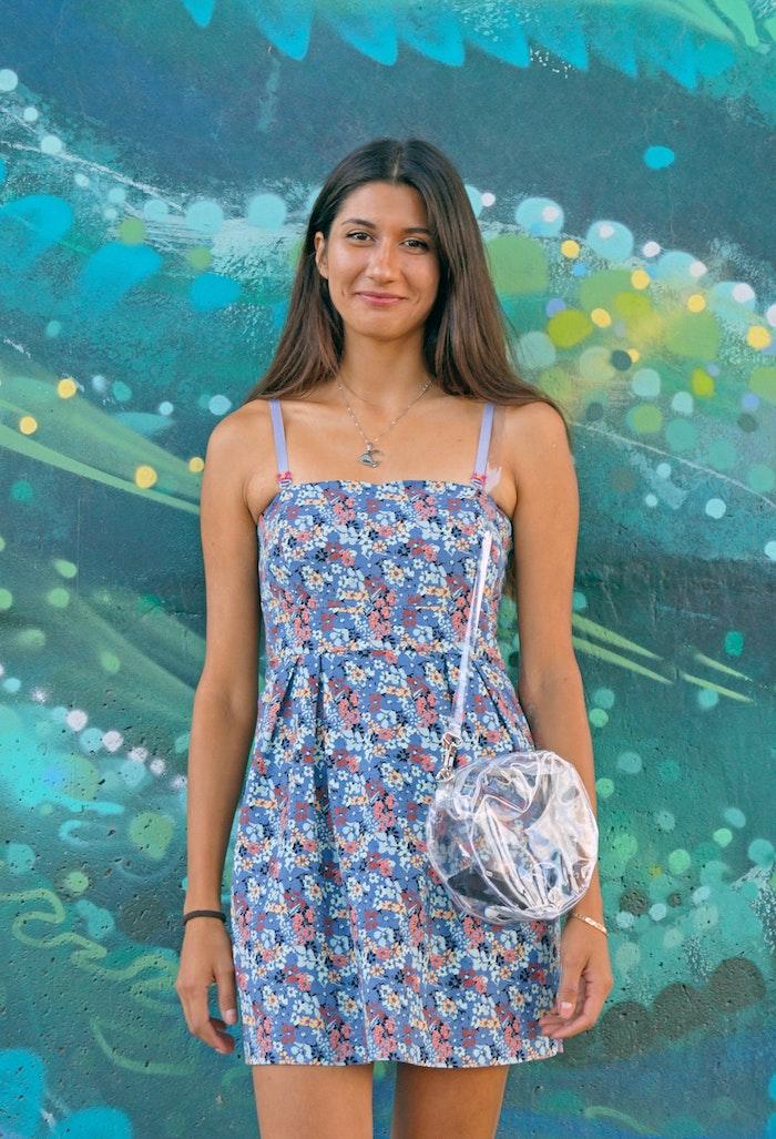 longs cheveux lisses fille mini robe portefeuille fleurie moderne idée inspiratrice tenue robes à fleurs choix unique tenue feminine