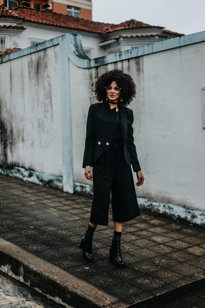 look total noir vêtements femme stylée pantalon fluide longueur genoux coiffure courte femme cheveux crépus chocker veste blazer femme