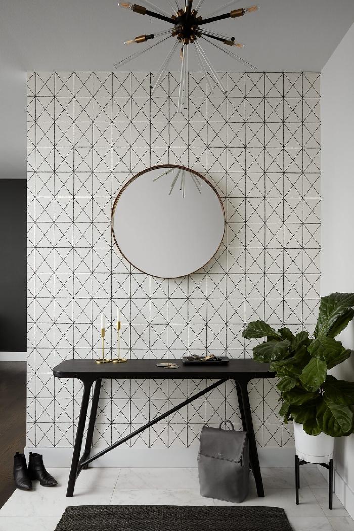 luminaire contemporaine decoration couloir moderne en blanc et noir miroir rond cadre or meuble table noire tapis gris anthracite