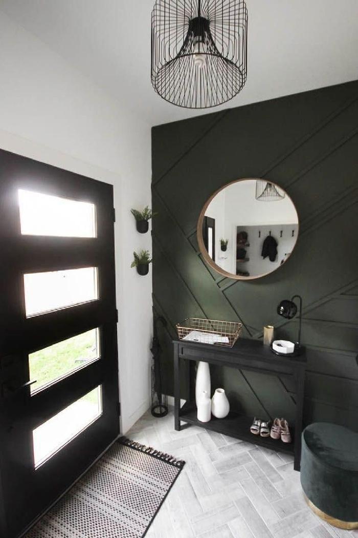 luminaire contemporaine métal noirci miroir rond cadre bois peindre couloir deux couleurs mur vert de gris meuble noir tabouret velours