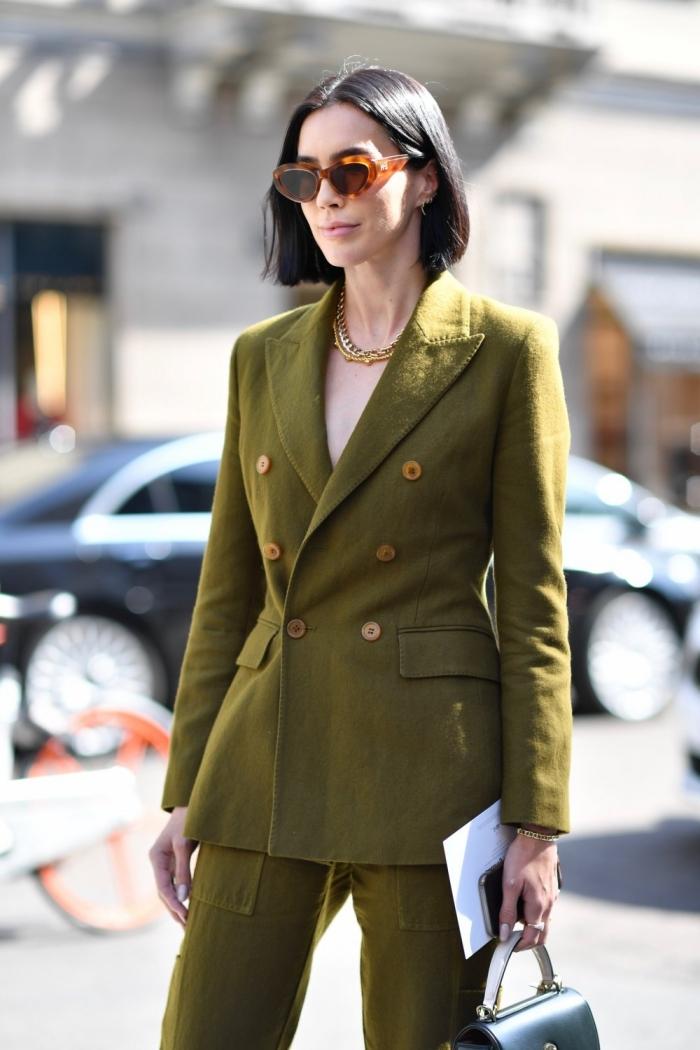 modèle de costume vert pour femme stylée, idée comment porter un tailleur pantalon femme vert avec bijoux dorés