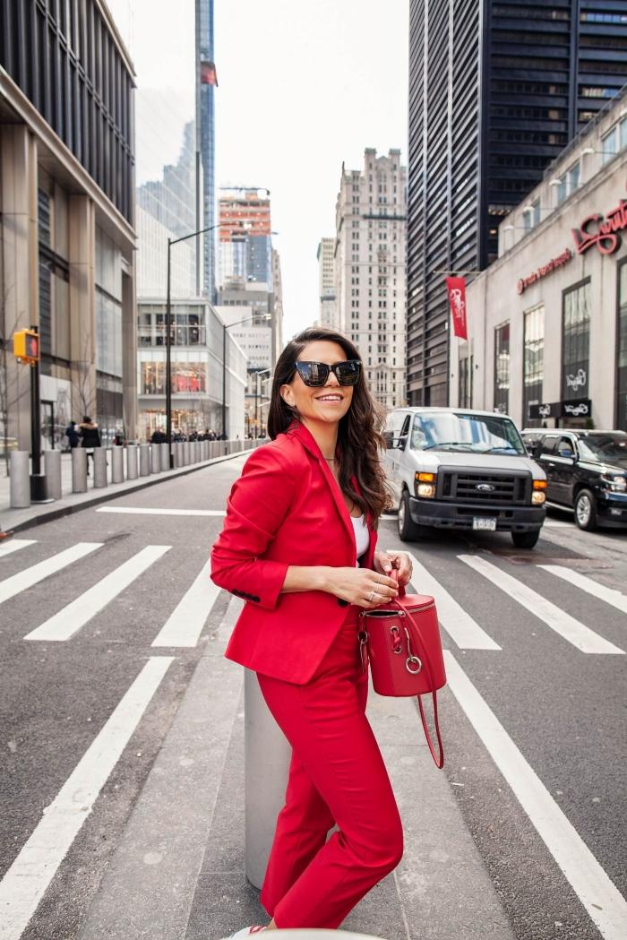 tenue vestimentaire au travail pour femme élégante, modèle d'ensemble femme chic de nuance rouge combinée avec top blanc