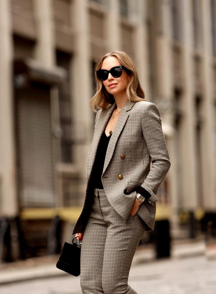 exemple comment assortir les couleurs de ses vêtements pour un look femme stylé au travail, modèle de tailleur pantalon femme