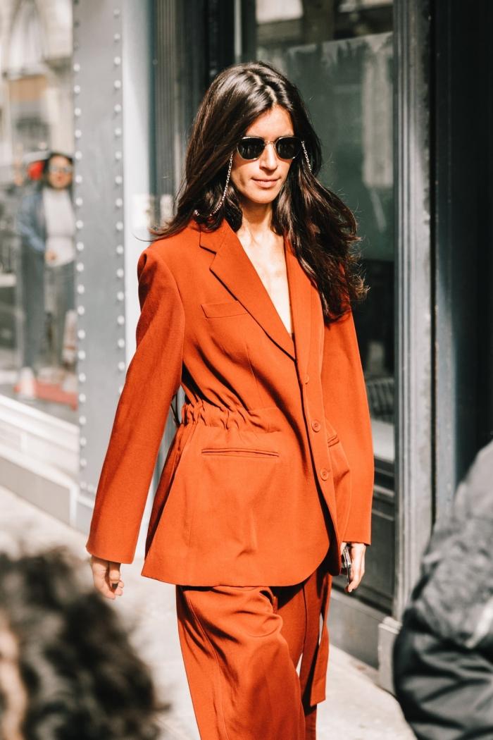quelles couleurs tendance dans la mode 2020, modèle de tailleur pantalon femme pour cérémonie mariage de nuance orange