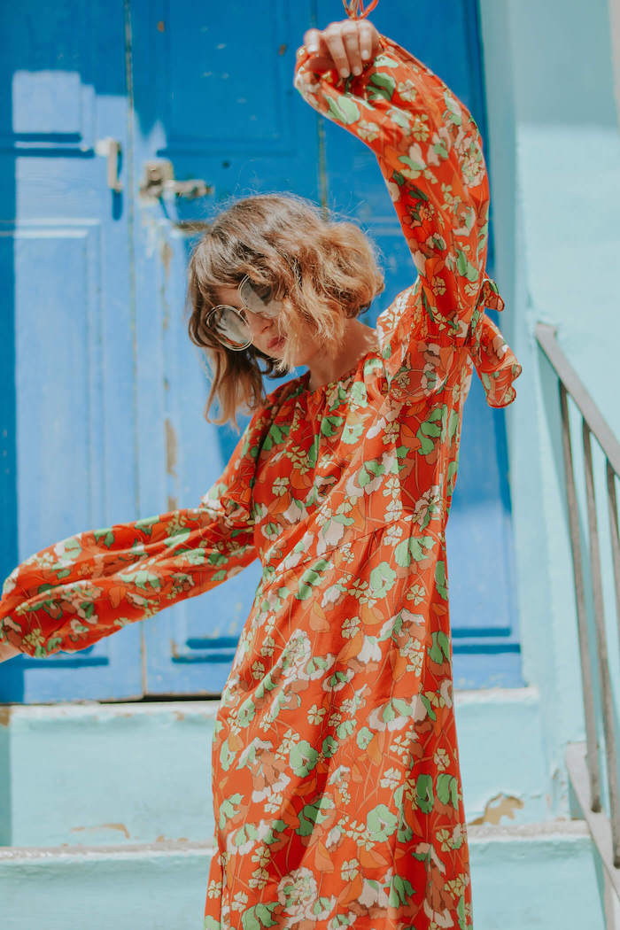 lunettes de soleil rondes robe manche longue jupe courte idée robe fleurie a manche longue comment être une femme bien habillée porte bleu escalier aigue marine
